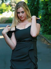 bigtits blonde posing outdoor