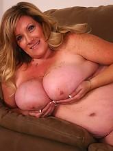 Sexy photos of blonde BBW Deedra...