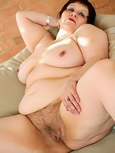 fat mom shows pussy